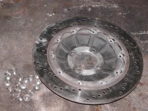 Bremsscheibe wird vom Träger getrennt.