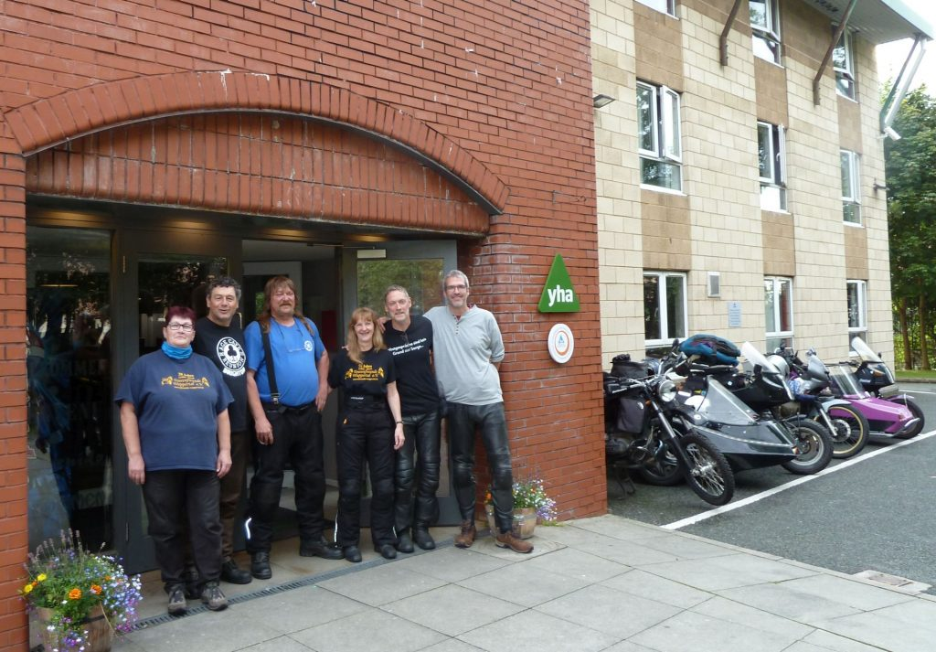 Die Motorradfahrer vor der Jugendherberge in Liverpool