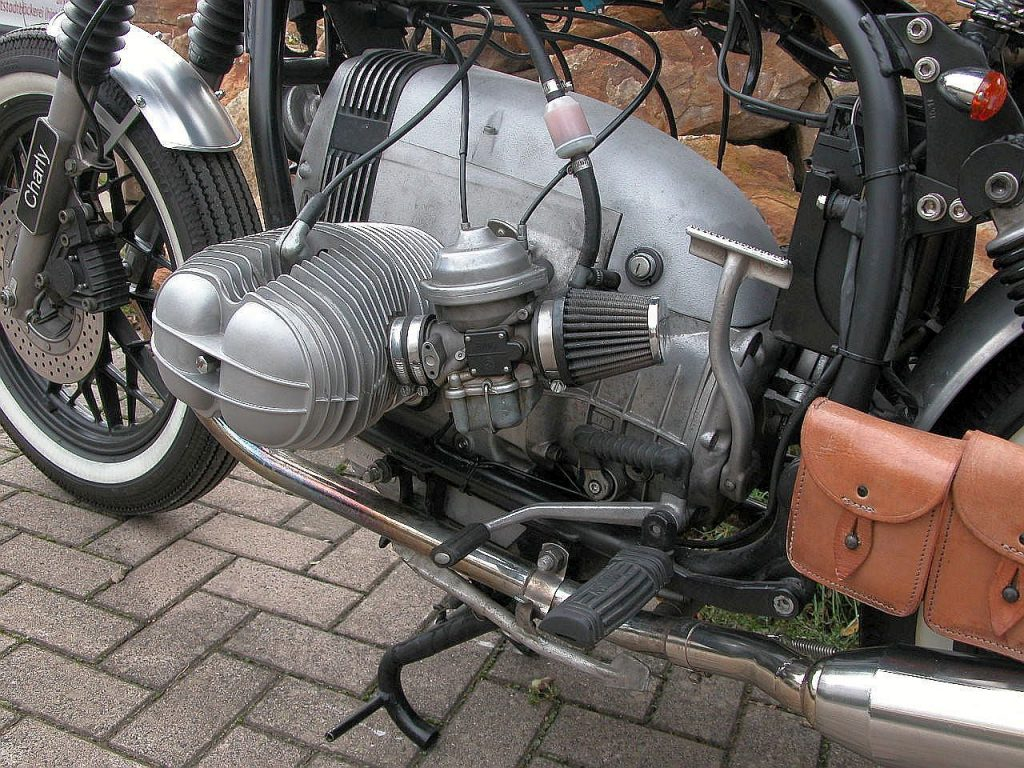 R45 Bobber mit offenem Luftfilter und Anlasserabdeckung