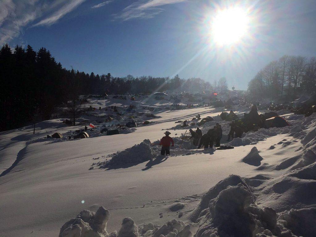 Zeltaufbau im Schnee