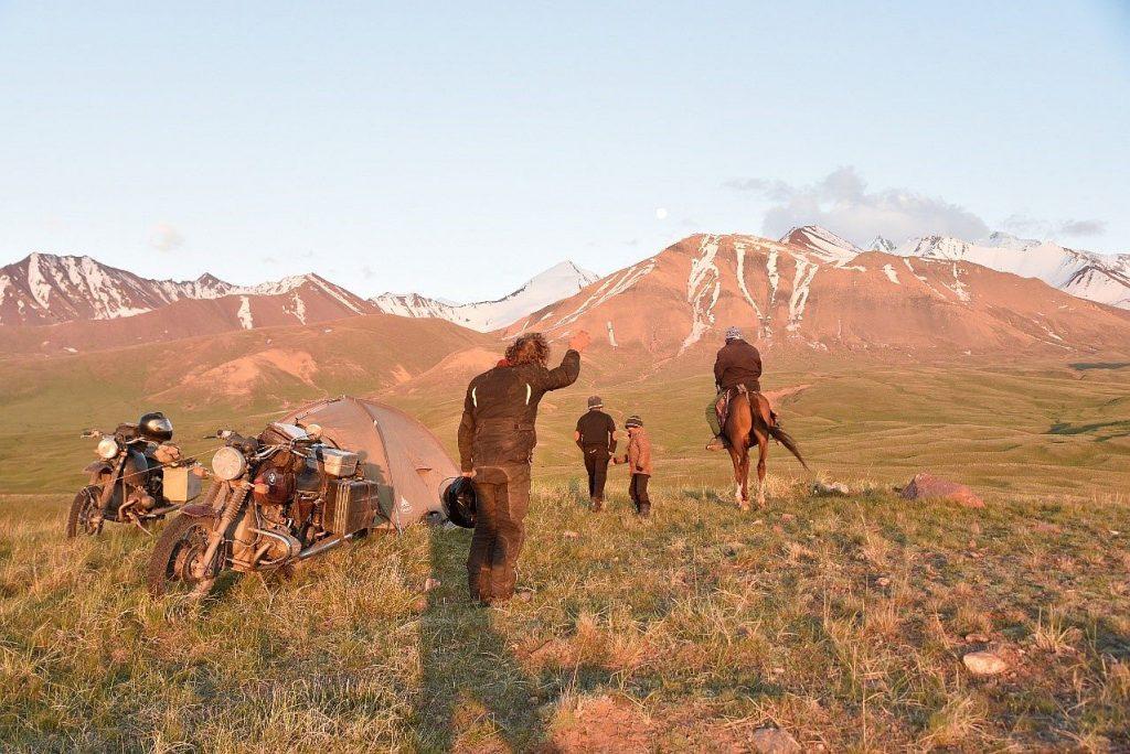 Im Pamir Gebirge treffen unsere Boxer BMW Motorräder und wir auf Einheimische.
