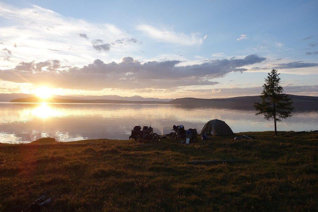 Mit dem BMW Motorrad Boxer am zweitgrößten See der Mongolei