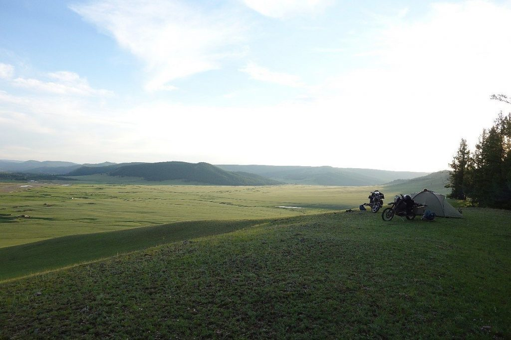 So grün stellt man sich die Mongolei gar nicht vor. Mit BMW Motorrad Boxer.