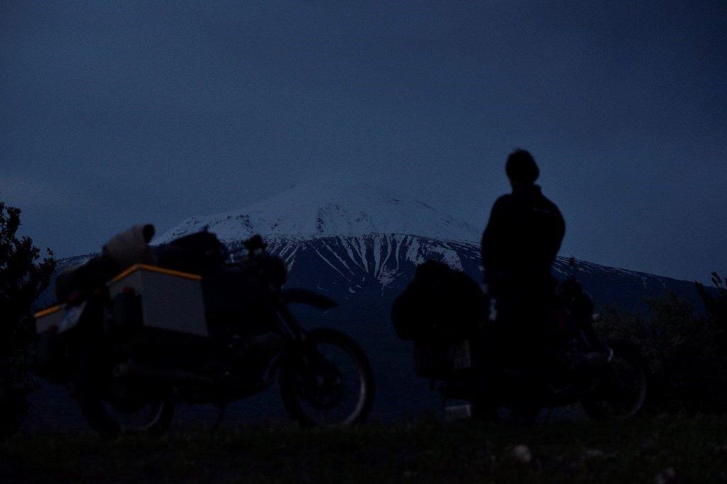 Die beiden Reise-Boxer-Motorräder vor dem schnee bedekten Gipfel.