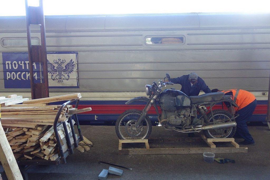 Schnell wird eine Transport-Palette für die Reise mit der Eisenbahn gebastelt. BMW Motorrad Boxer