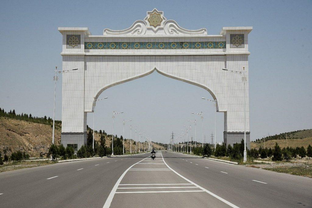 Das Tor in die Hauptstadt Turkmenistans mit dem BMW Motorrad Boxer. Aschgabat ist die größte Stadt des Landes.