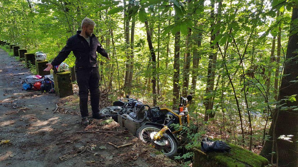 Dieser Unfall war der Grund für die Rahmenverstärkung. Der BMW Motorrad Rahmen war nach dem Unfall völlig verzogen.